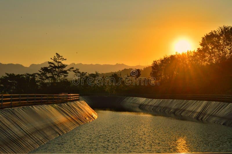 Zonsondergang op reservoir stock afbeelding