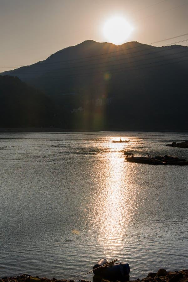 Zonsondergang op rivier stock foto