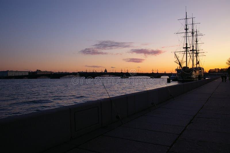 Zonsondergang op rivier Neva royalty-vrije stock afbeelding
