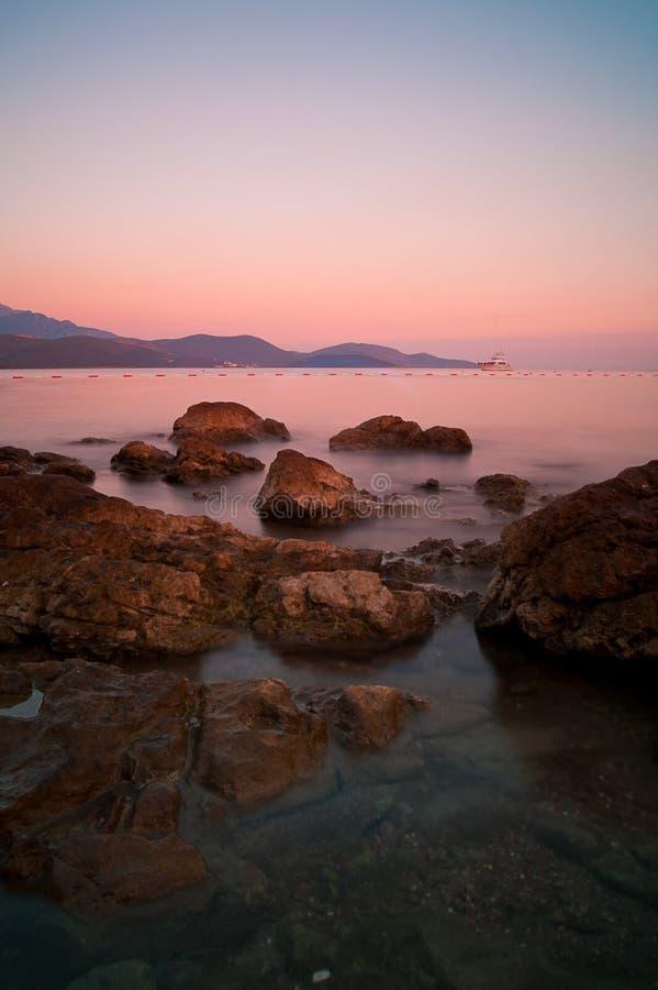 Zonsondergang op rotsachtig Adriatisch strand in Montenegro royalty-vrije stock foto