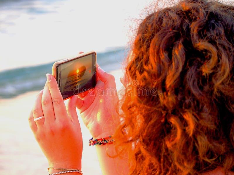 Zonsondergang op smartphone royalty-vrije stock fotografie