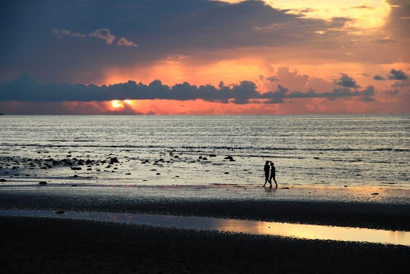Zonsondergang op strand stock afbeeldingen