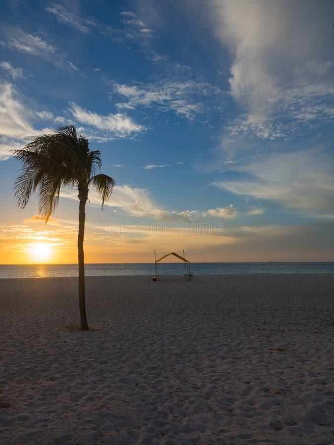 Zonsondergang op strand in Aruba stock foto's