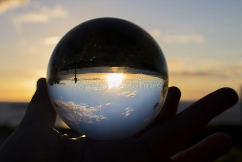 Zonsondergang op Strand door Glasbal royalty-vrije stock afbeelding