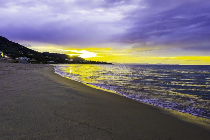 Zonsondergang op strand op Thyrreense Zee, Middellandse Zee - Cefalu, Sicilië stock foto's