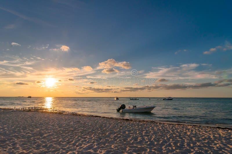 Zonsondergang op tropisch strand in Isla Mujeres, Mexico stock afbeelding