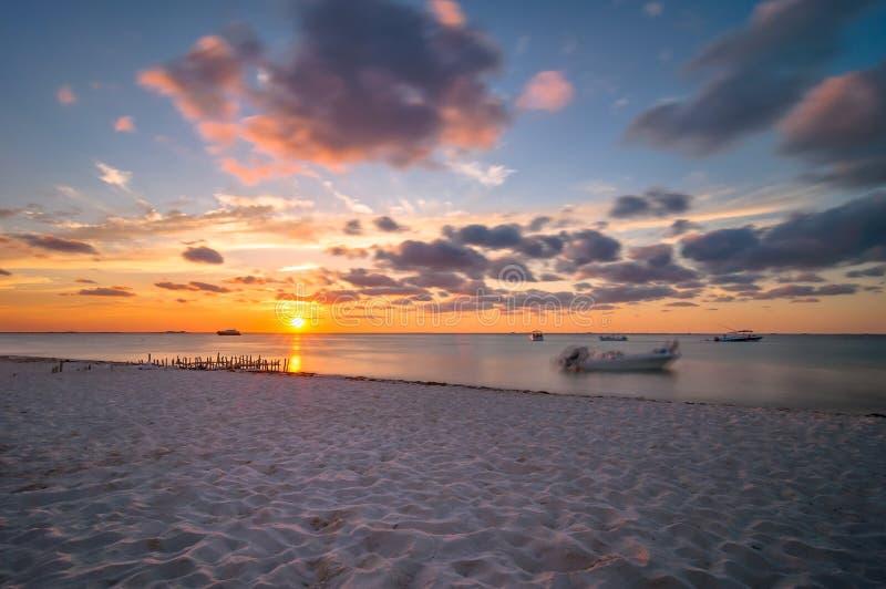 Zonsondergang op tropisch strand in Isla Mujeres, Mexico royalty-vrije stock afbeelding