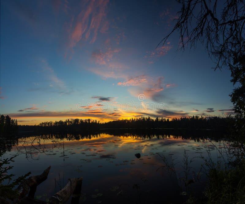 Zonsondergang op Vetrenno-meer, de Karelische landengte, Leningrad oblast, Rusland royalty-vrije stock foto's