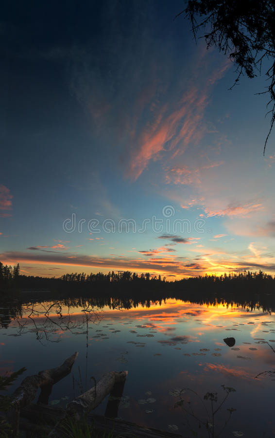 Zonsondergang op Vetrenno-meer, de Karelische landengte, Leningrad oblast, Rusland stock afbeeldingen