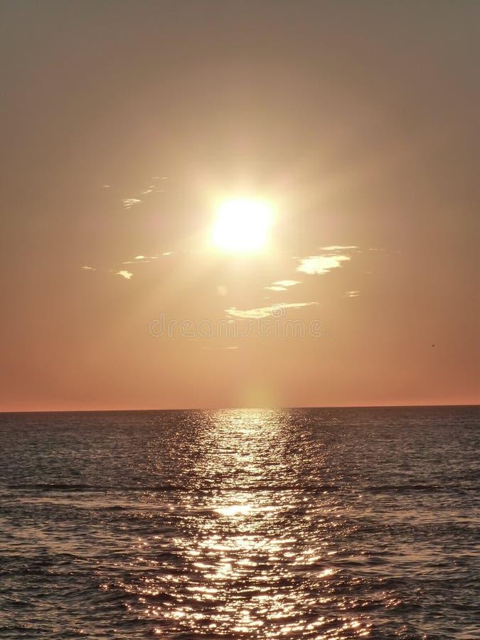 Zonsondergang op water royalty-vrije stock afbeeldingen