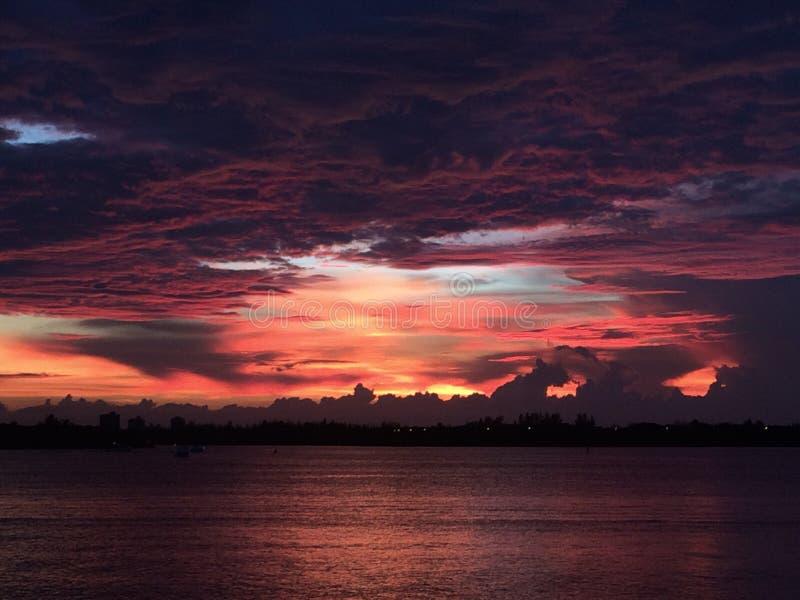 Zonsondergang op water stock afbeelding
