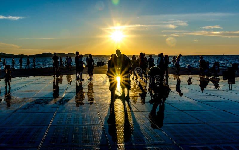 Zonsondergang op weerspiegelende stoep stock fotografie