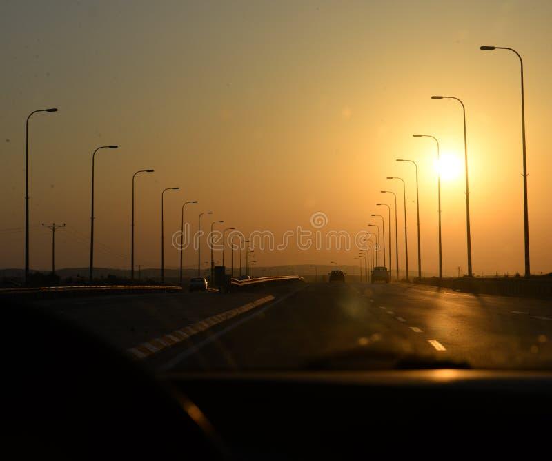 Zonsondergang op weg royalty-vrije stock afbeelding