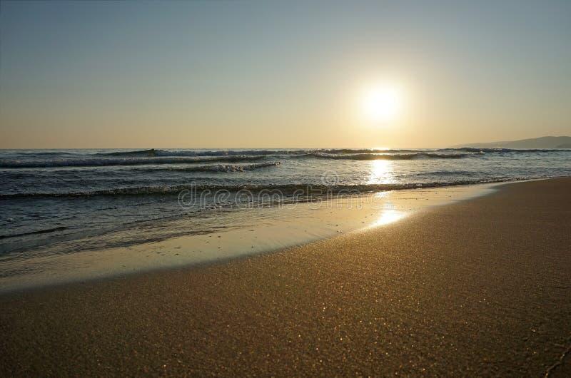 Zonsondergang op zee stock afbeeldingen