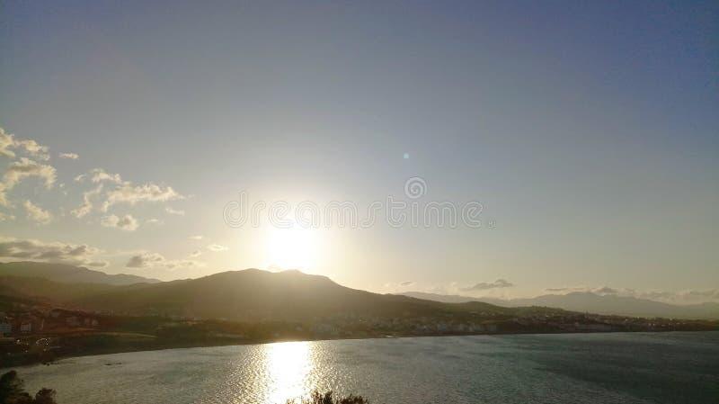 Zonsondergang op zee dorp royalty-vrije stock fotografie