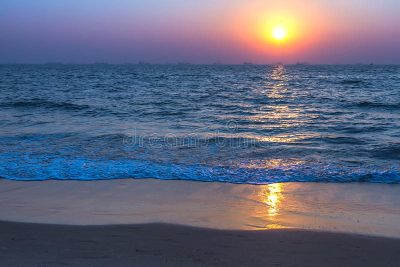 Zonsondergang op zee strand royalty-vrije stock foto