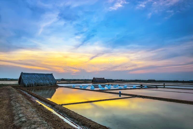 Zonsondergang op zoute gebieden stock afbeelding