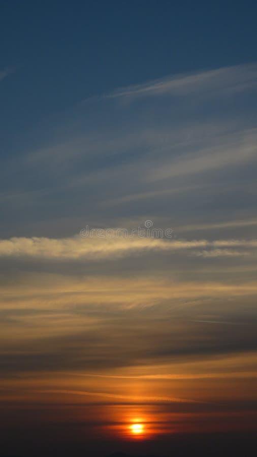 Zonsondergang oranje blauwe gele schaduwen royalty-vrije stock afbeeldingen