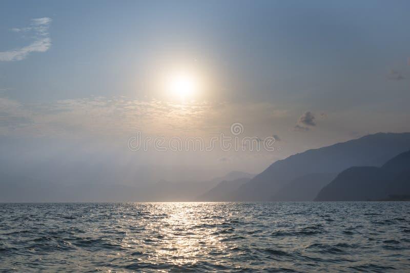 Zonsondergang over Atitlan-meer in Guatemala royalty-vrije stock afbeeldingen