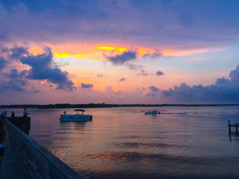 Zonsondergang over Baai met Boten stock afbeelding