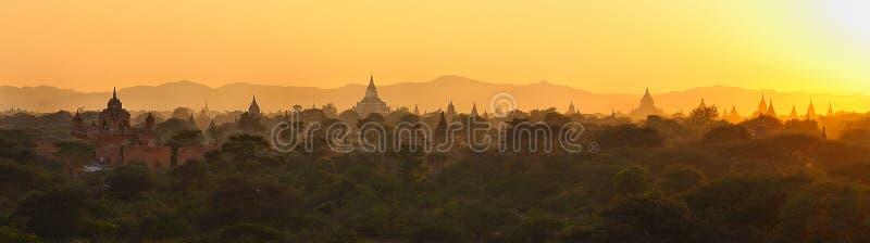 Zonsondergang over bagan, myanmar stock afbeeldingen