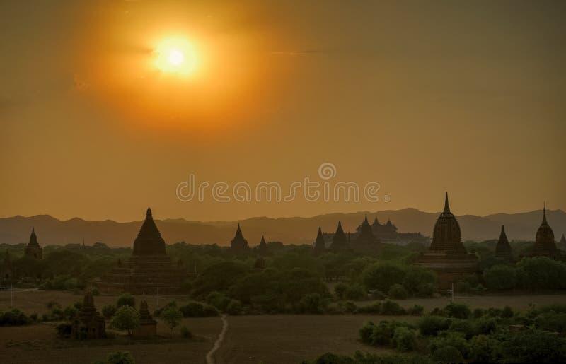 Zonsondergang over Bagan Temple-silhouet Myanmar stock foto's