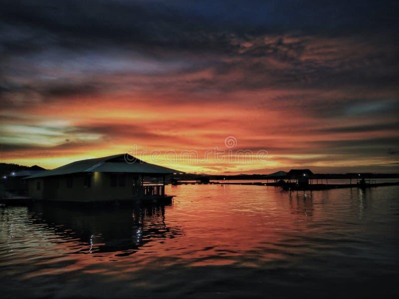 Zonsondergang over Bayu-Baai Drijvende Chalets in Kedah, Maleisië royalty-vrije stock foto