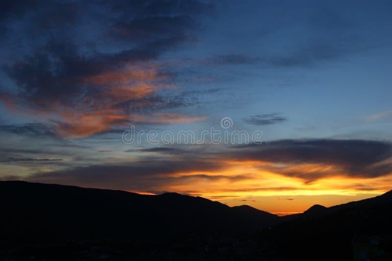 Zonsondergang over bergen stock fotografie