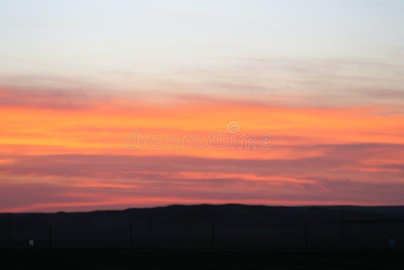 Zonsondergang over bergen gouden perzik en geel stock foto