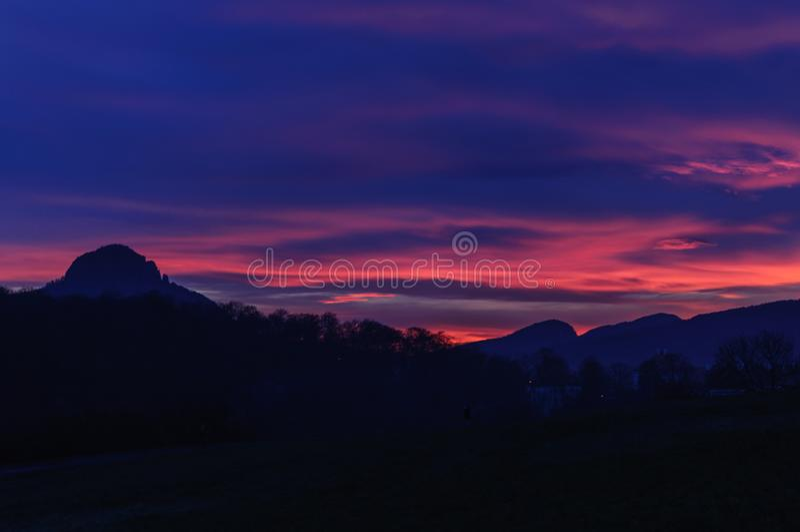 Zonsondergang over bergen Nacht donkerblauw en roze hemel en silhouet van berg royalty-vrije stock foto's