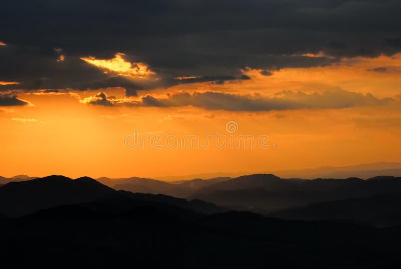 Zonsondergang over bergen no.1 royalty-vrije stock fotografie