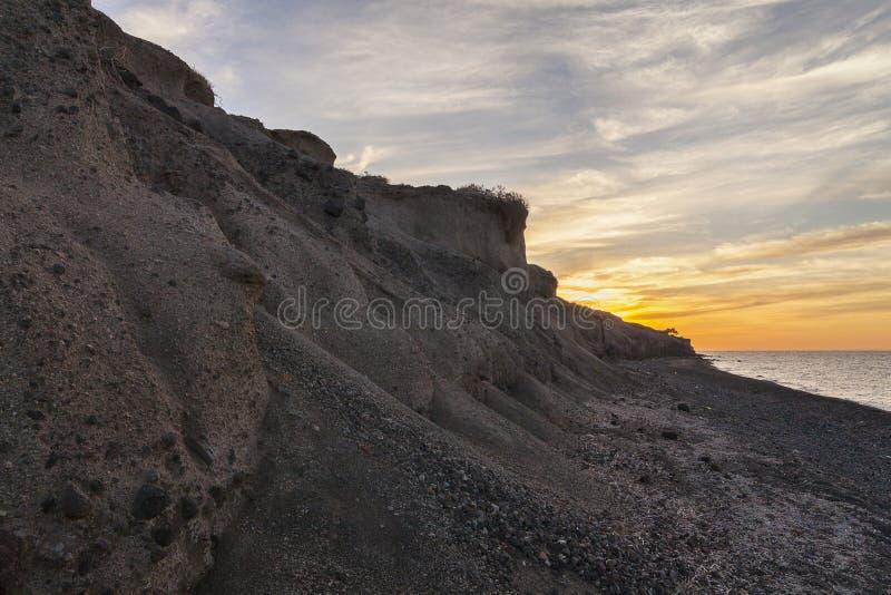 Zonsondergang over beroemd zwart strand in Santorini royalty-vrije stock afbeelding