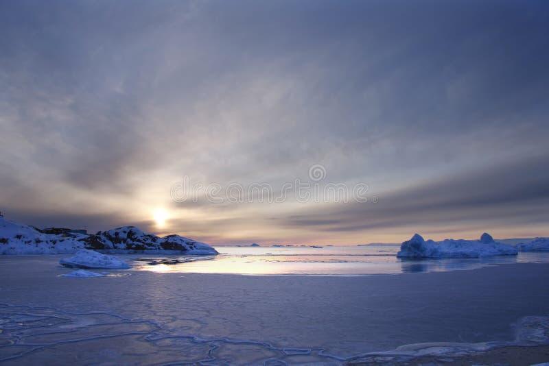 Zonsondergang over bevroren overzees royalty-vrije stock afbeeldingen