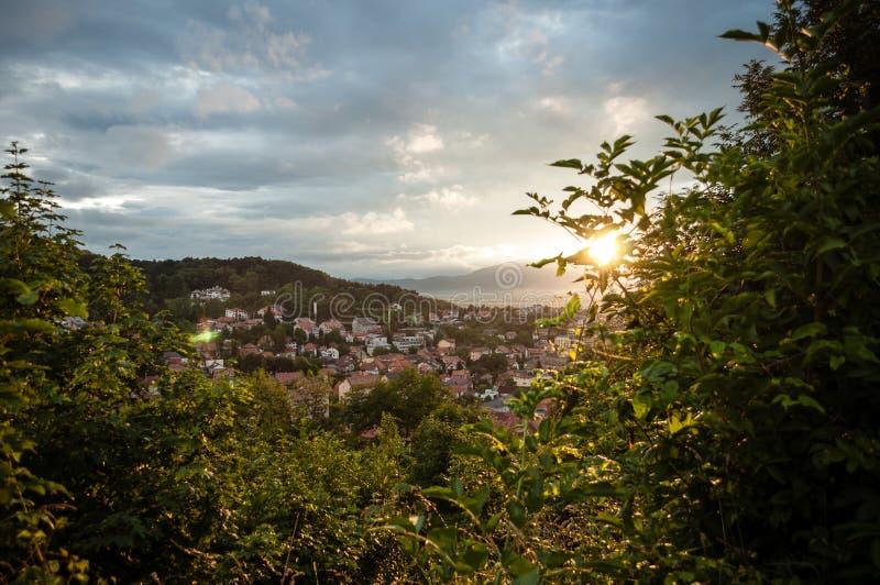 Zonsondergang over Brasov-stad, hierboven wordt gezien die van royalty-vrije stock foto's