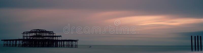 Zonsondergang over Brighton West Pier royalty-vrije stock foto