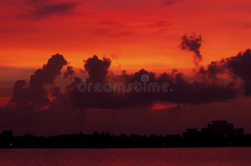Zonsondergang over Cancun, Mexico stock afbeeldingen