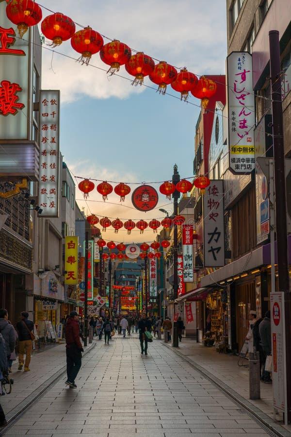 Zonsondergang over chinatownstraat in yokohama Japan Azië stock fotografie