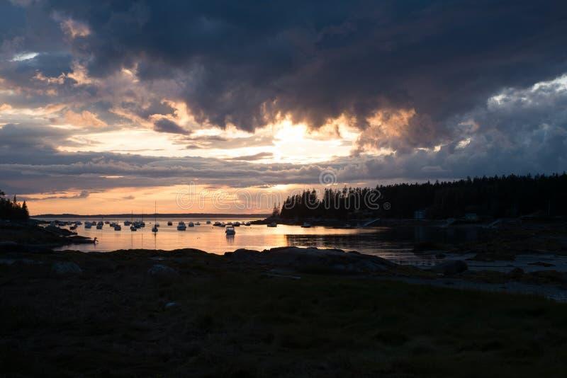 Zonsondergang over Crocket-Inham in Stonington, Maine stock afbeeldingen