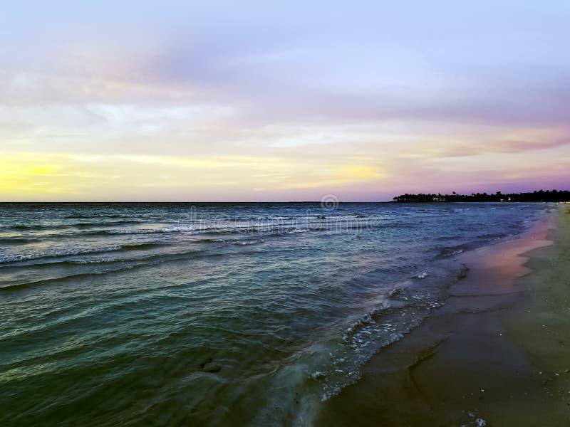 Zonsondergang over de Atlantische Oceaan in Varadero, Cuba royalty-vrije stock foto