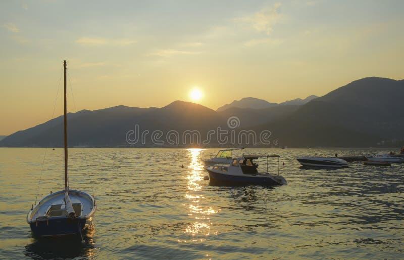 Zonsondergang over de baai stock foto's