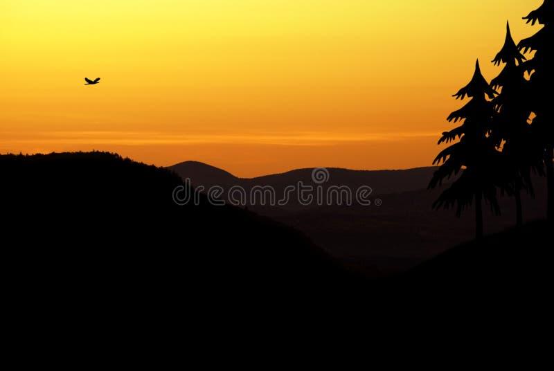 Citaten Over Zonsondergang : Zonsondergang over de bergen stock afbeelding