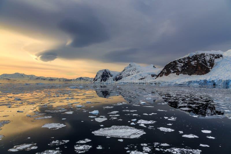 Zonsondergang over de bergen en de afdrijvende ijsbergen in Lemaire Strai royalty-vrije stock afbeelding