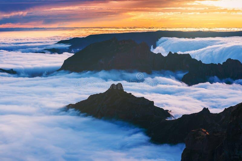 Download Zonsondergang Over De Bergen, Het Eiland Van Madera, Portugal Stock Foto - Afbeelding bestaande uit eiland, mist: 107701934