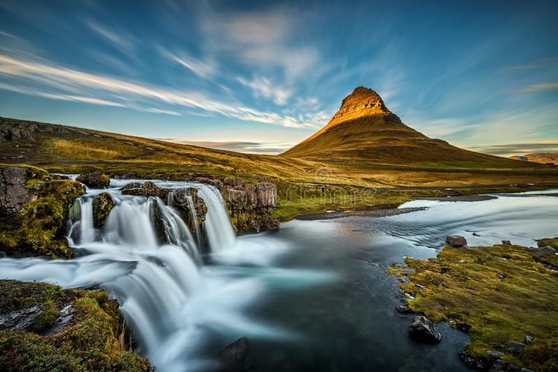 Zonsondergang over de beroemde Kirkjufellsfoss-Waterval in IJsland royalty-vrije stock afbeelding