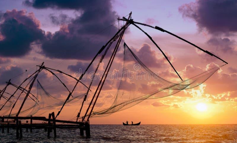 Zonsondergang over de Chinese netten van de Visserij in Cochin stock foto's