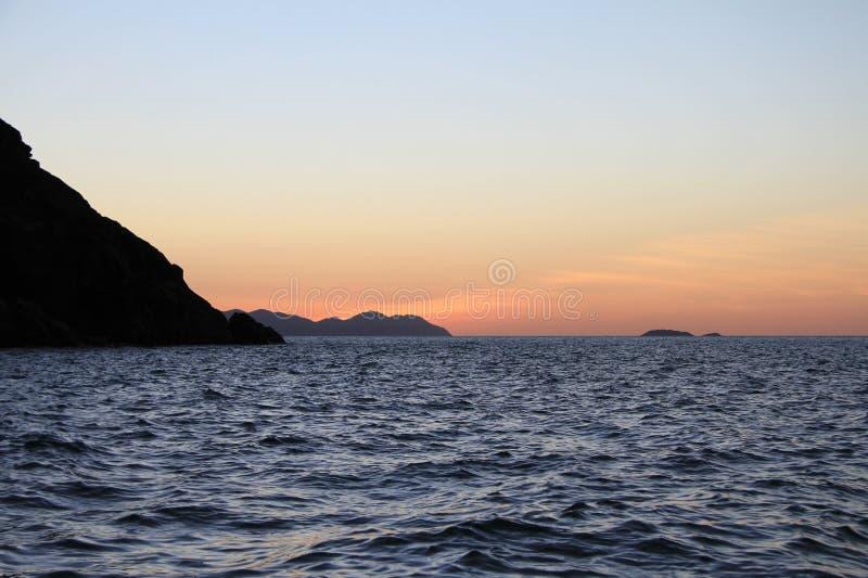 Zonsondergang over de Dubbele Pinksterennen Queensland van het Kegeleiland royalty-vrije stock foto