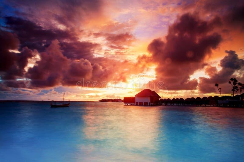 Zonsondergang over de eilanden van de Maldiven royalty-vrije stock afbeelding