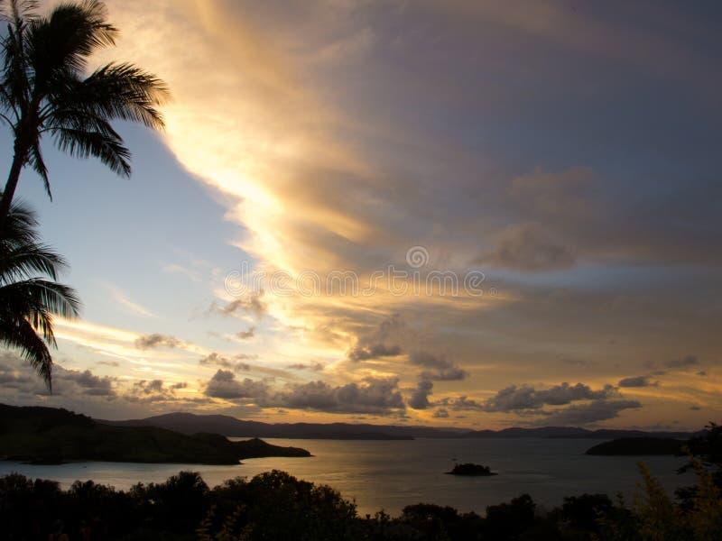 Zonsondergang over de Eilanden van de Pinksteren, Australië stock fotografie