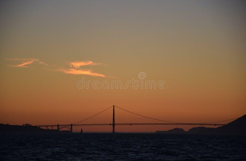 Zonsondergang over de gouden poortbrug stock fotografie