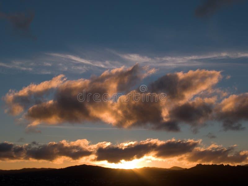 Zonsondergang over de heuvels stock foto